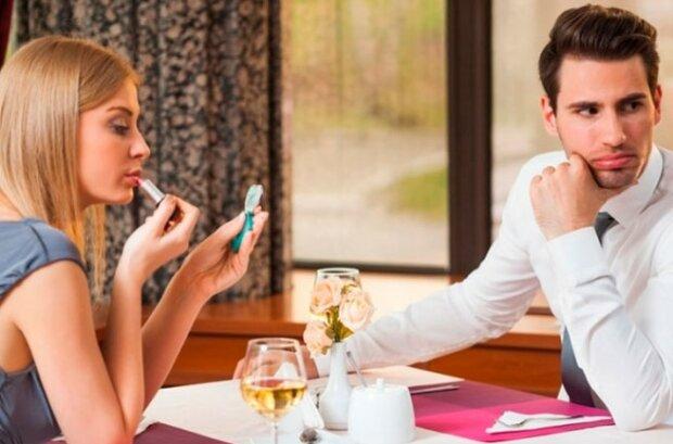 Mladý muž pozval svoji okouzlující kolegyni do restaurace. Dívka si objednala nejdražší jídla