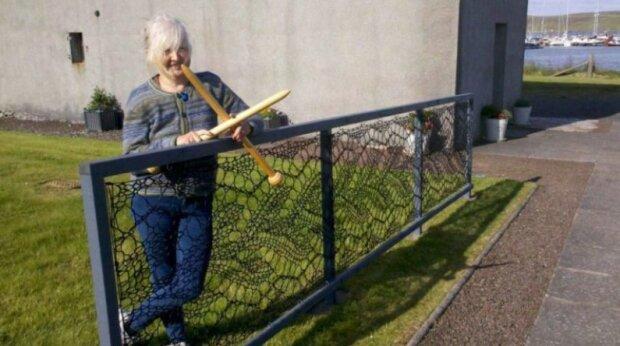 Žena doslova svázala ohradu: Nyní je celé sousedství jejího domu krajkové