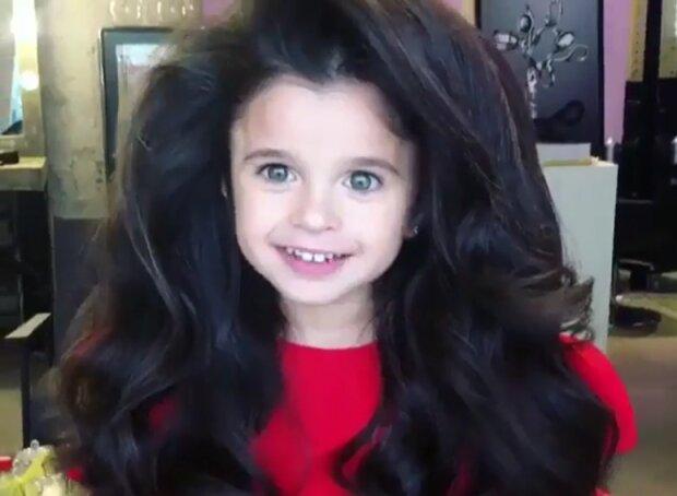 To není paruka:  Holčička má 7 let a už teď působila dojem na celý svět, díky svým úžasným vlasům