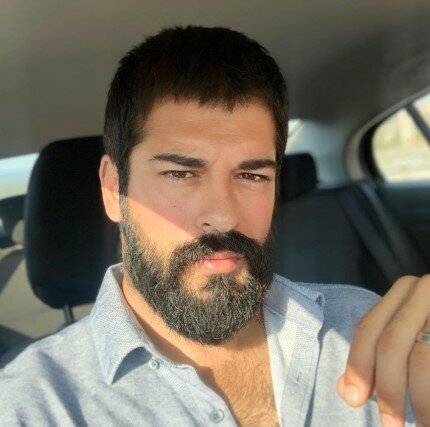 Kvůli roli ve filmu nejkrásnějšího tureckého herce změnili k nepoznání: jak vypadá Burak Ozcivit
