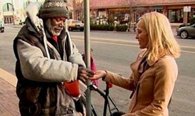 Žena omylem darovala bezdomovci svůj zásnubní prsten