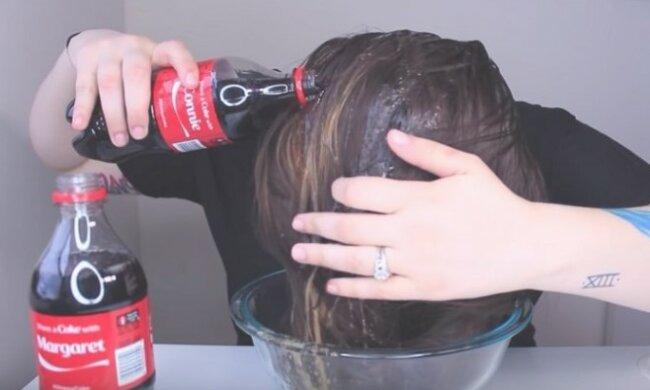 Vylila na hlavu dvě lahve obyčejné Coca-Coly: Výsledek překonal všechna její očekávání