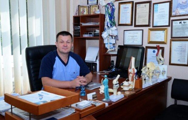 Ortoped bezplatně operuje každého, kdo si operaci nemůže dovolit